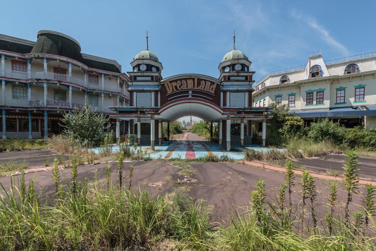 Estas fotos assombradas mostram um parque temático japonês abandonado que costumava parecer com a Disneylândia 01