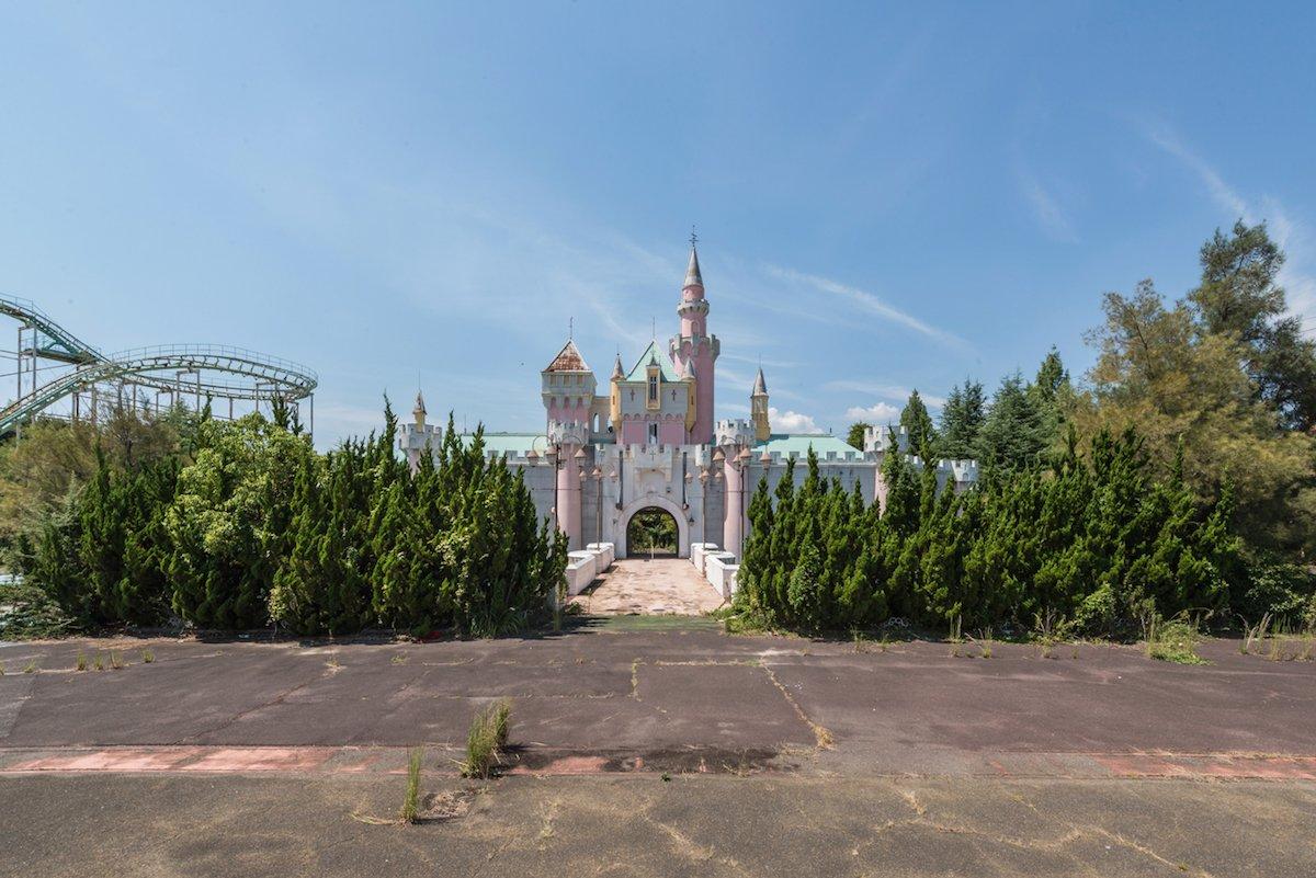 Estas fotos assombradas mostram um parque temático japonês abandonado que costumava parecer com a Disneylândia 02