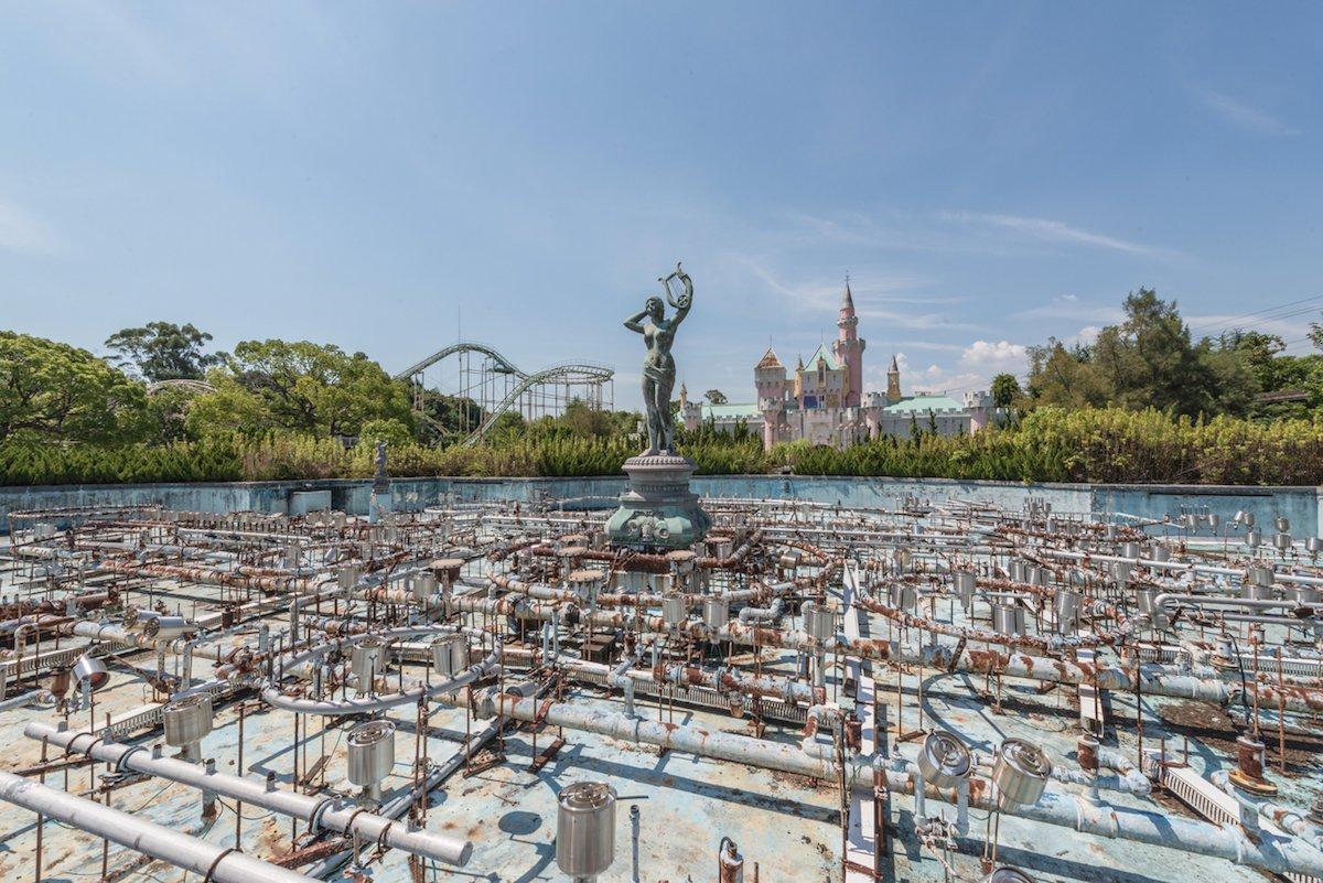 Estas fotos assombradas mostram um parque temático japonês abandonado que costumava parecer com a Disneylândia 04