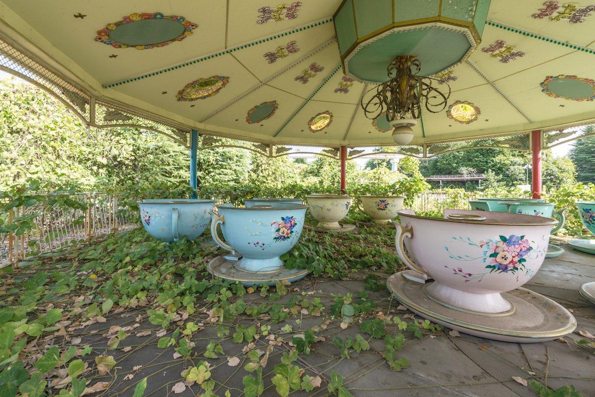 Estas fotos assombradas mostram um parque temático japonês abandonado que costumava parecer com a Disneylândia 07