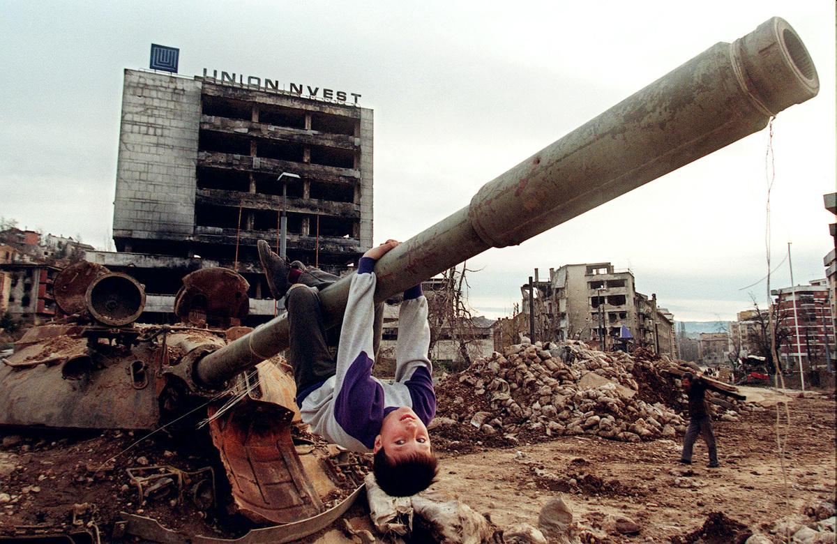 Fotos históricas de crianças brincando em tempos de guerra 01