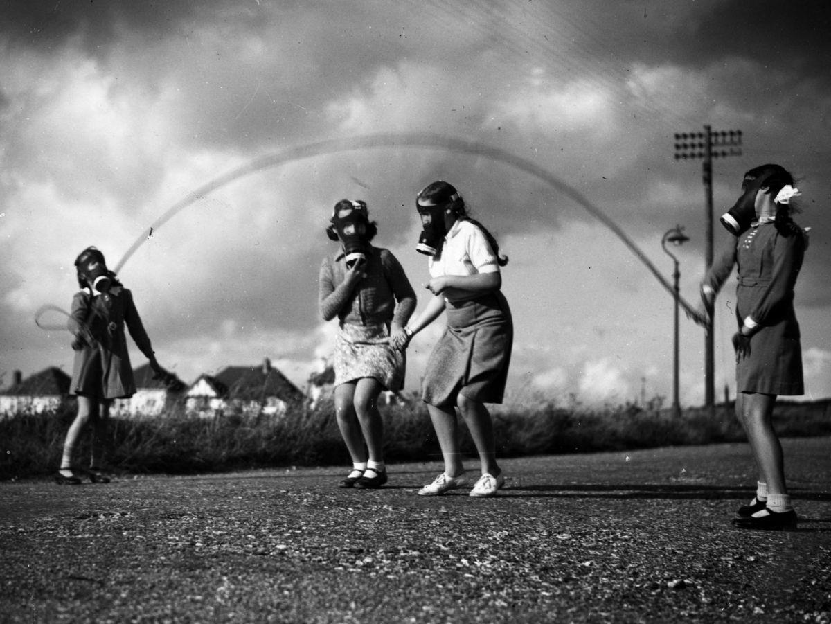 Fotos históricas de crianças brincando em tempos de guerra 04