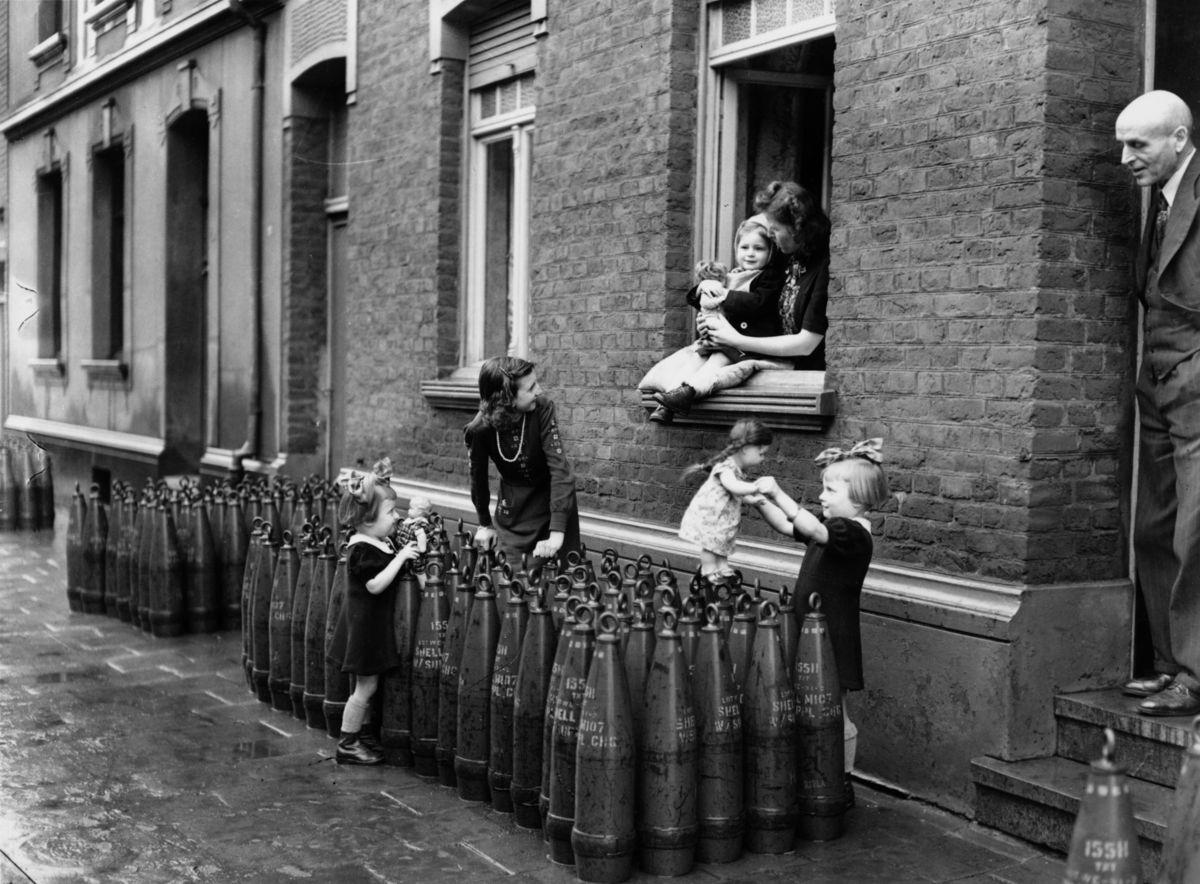 Fotos históricas de crianças brincando em tempos de guerra 06