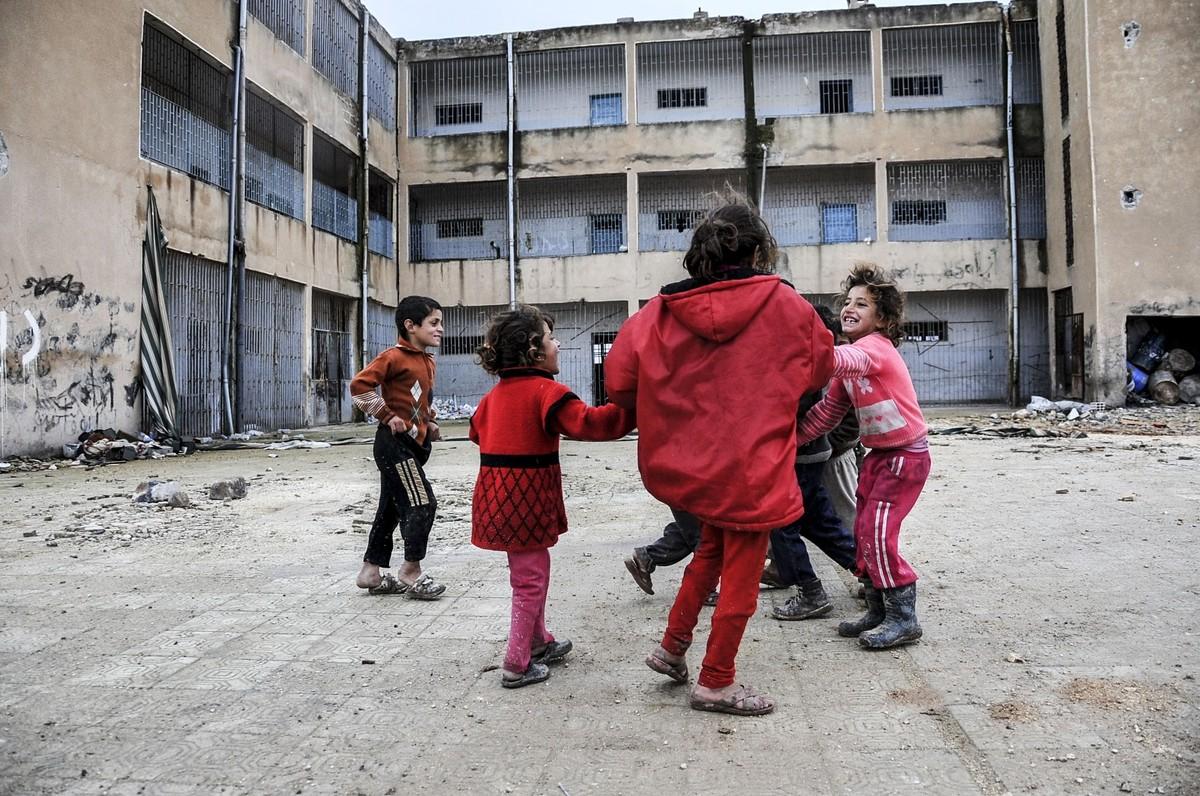 Fotos históricas de crianças brincando em tempos de guerra 09