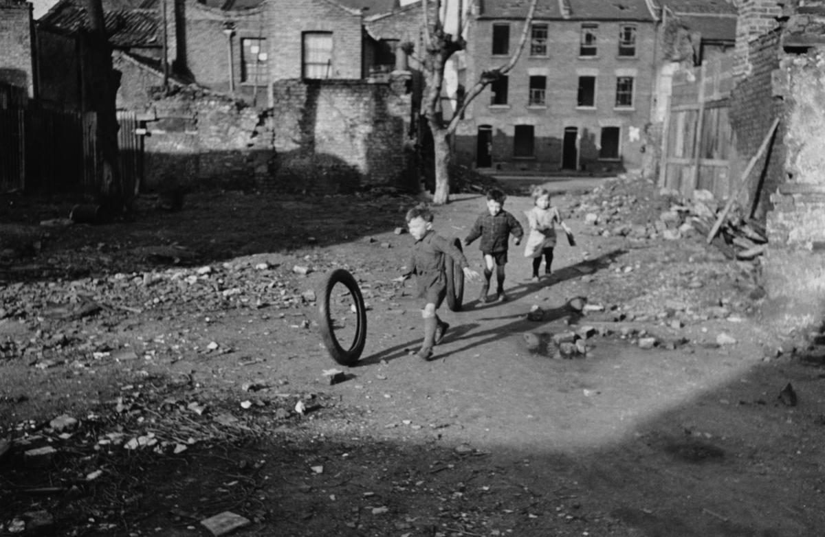 Fotos históricas de crianças brincando em tempos de guerra 12