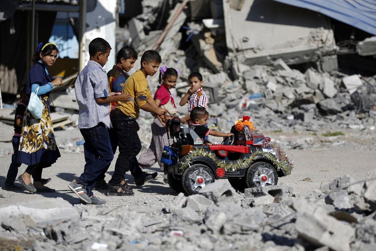 Fotos históricas de crianças brincando em tempos de guerra 13