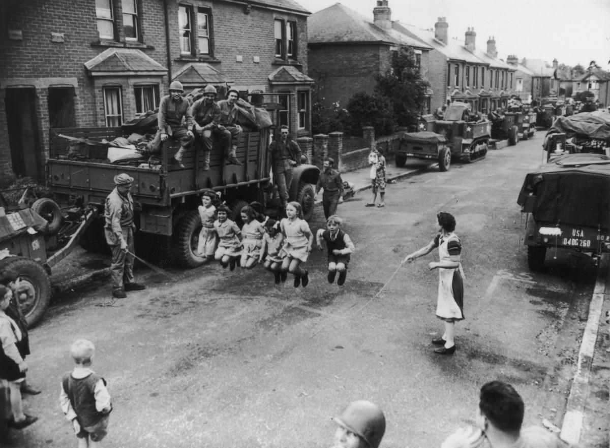 Fotos históricas de crianças brincando em tempos de guerra 14