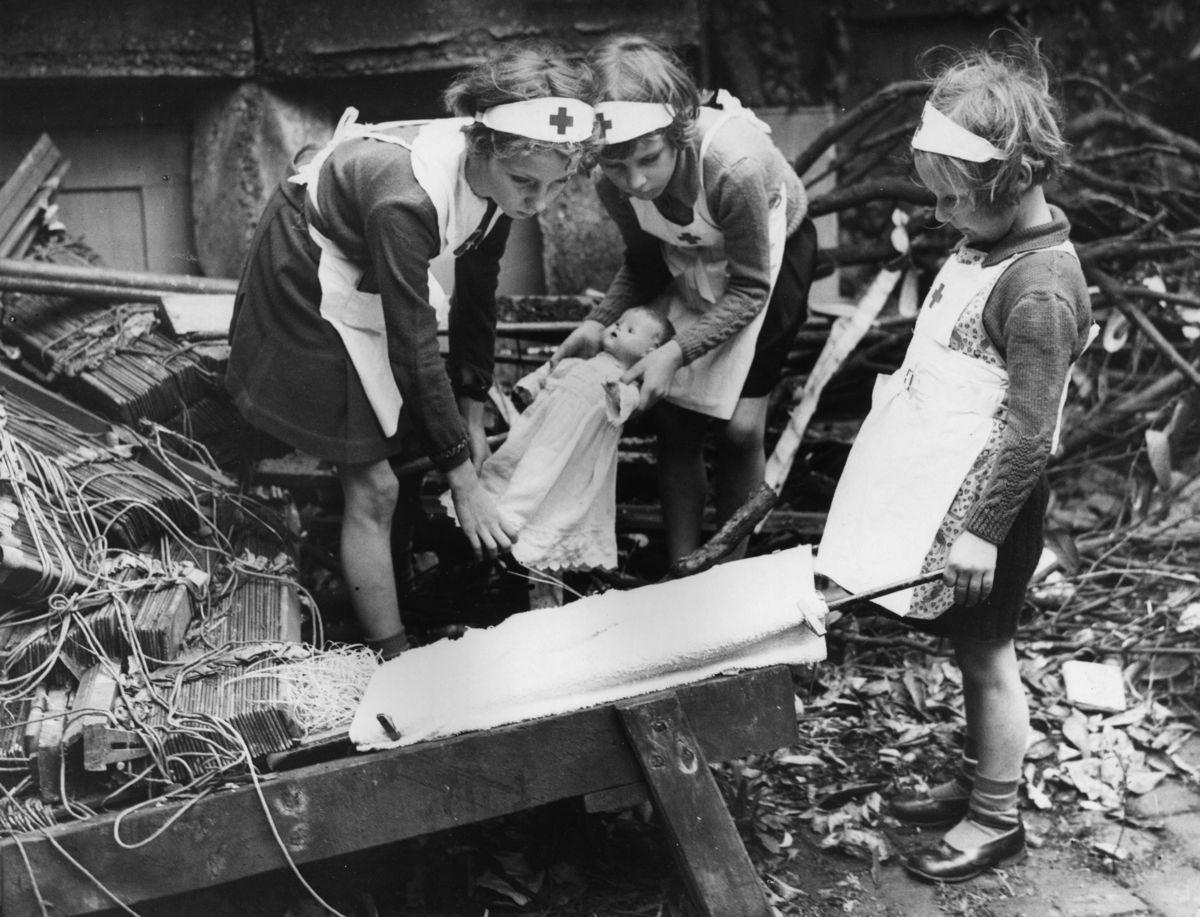 Fotos históricas de crianças brincando em tempos de guerra 16