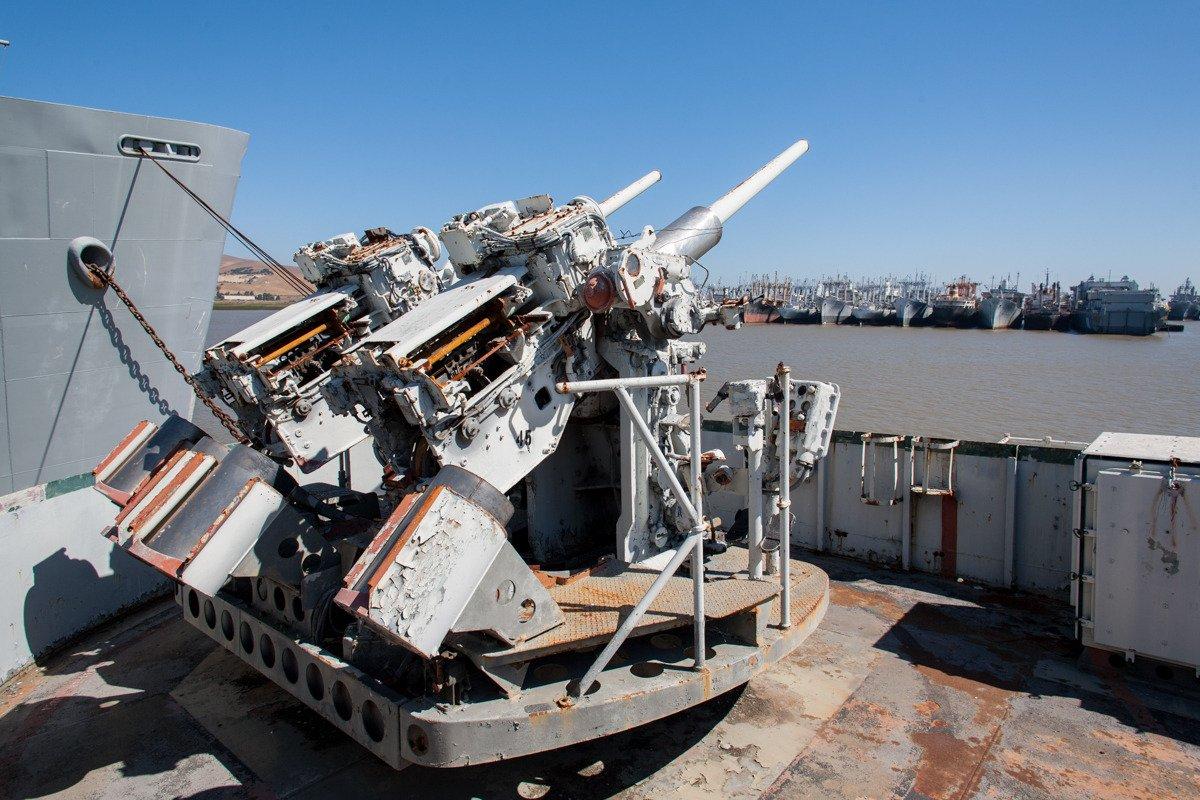 Suba a bordo de uma frota de navios militares fantasmas enferrujando na costa de San Francisco 05
