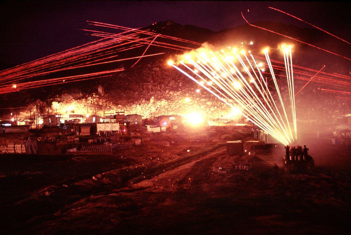Fotos de 1970 mostram uma base inteira tentando matar um franco-atirador vietcongue solitário 01