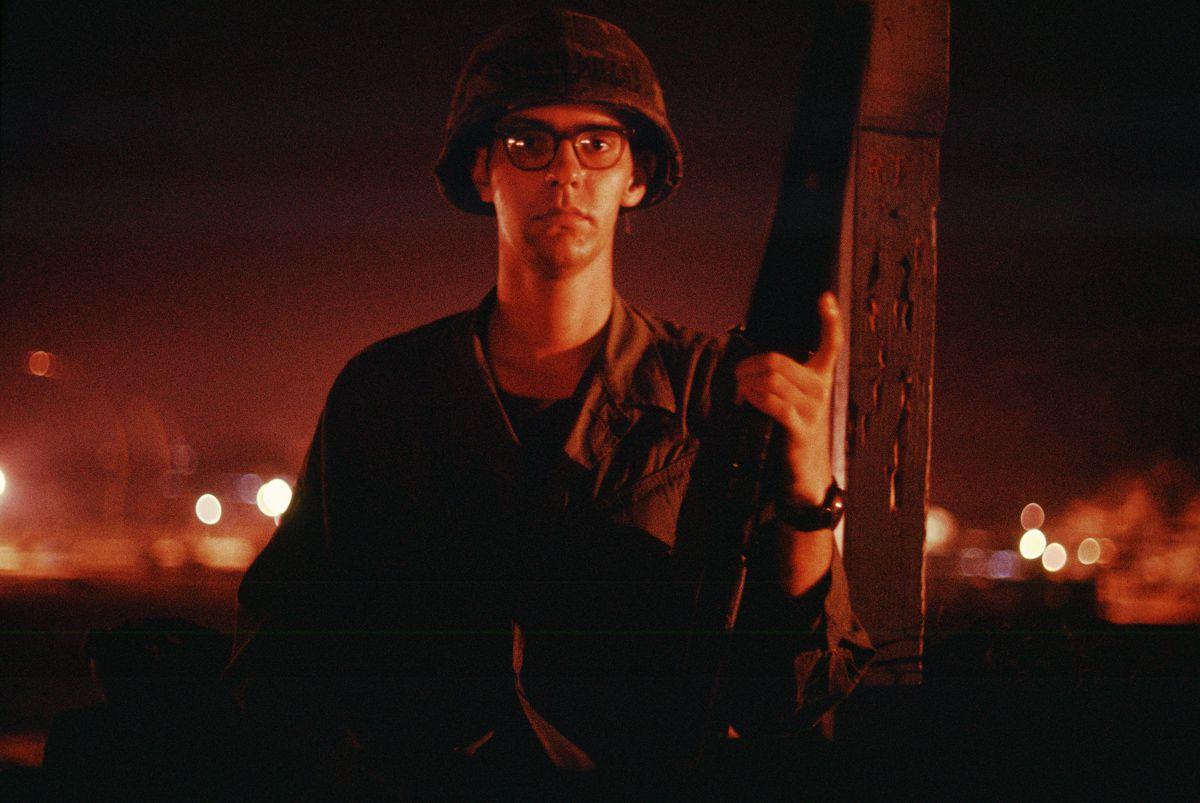 Fotos de 1970 mostram uma base inteira tentando matar um franco-atirador vietcongue solitário 02