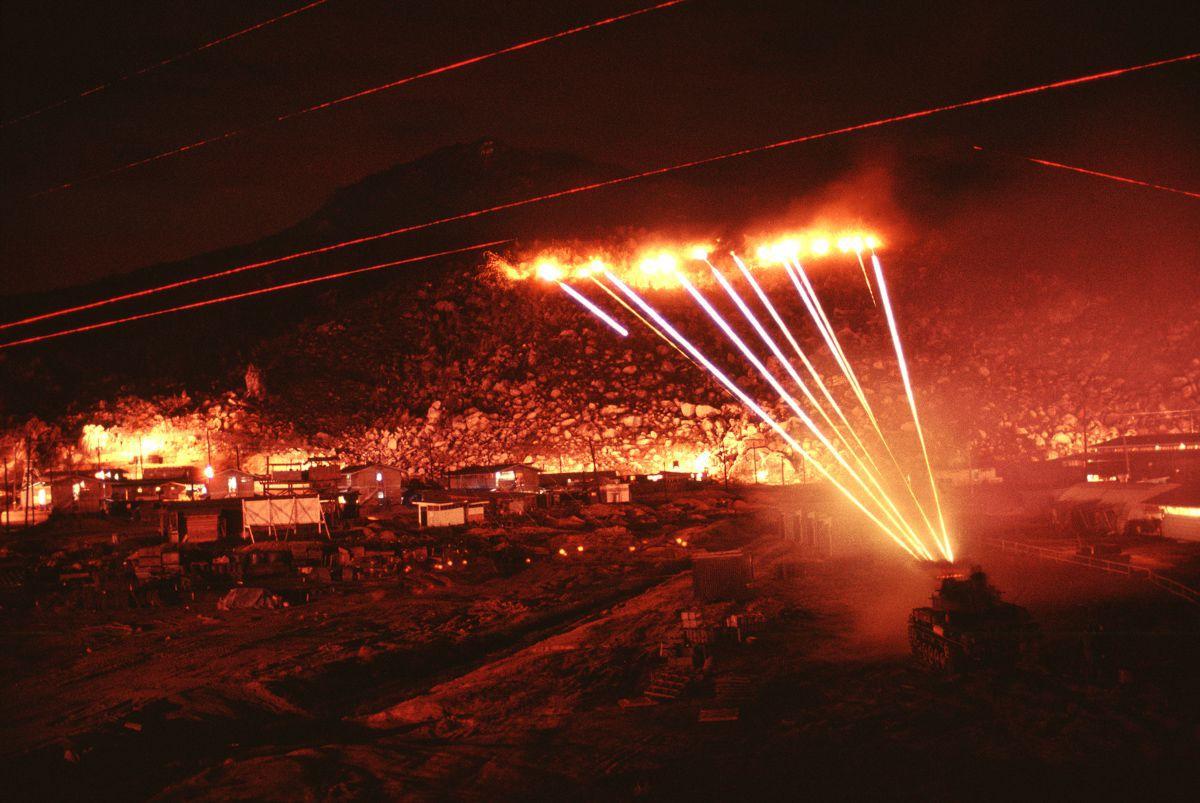 Fotos de 1970 mostram uma base inteira tentando matar um franco-atirador vietcongue solitário 07