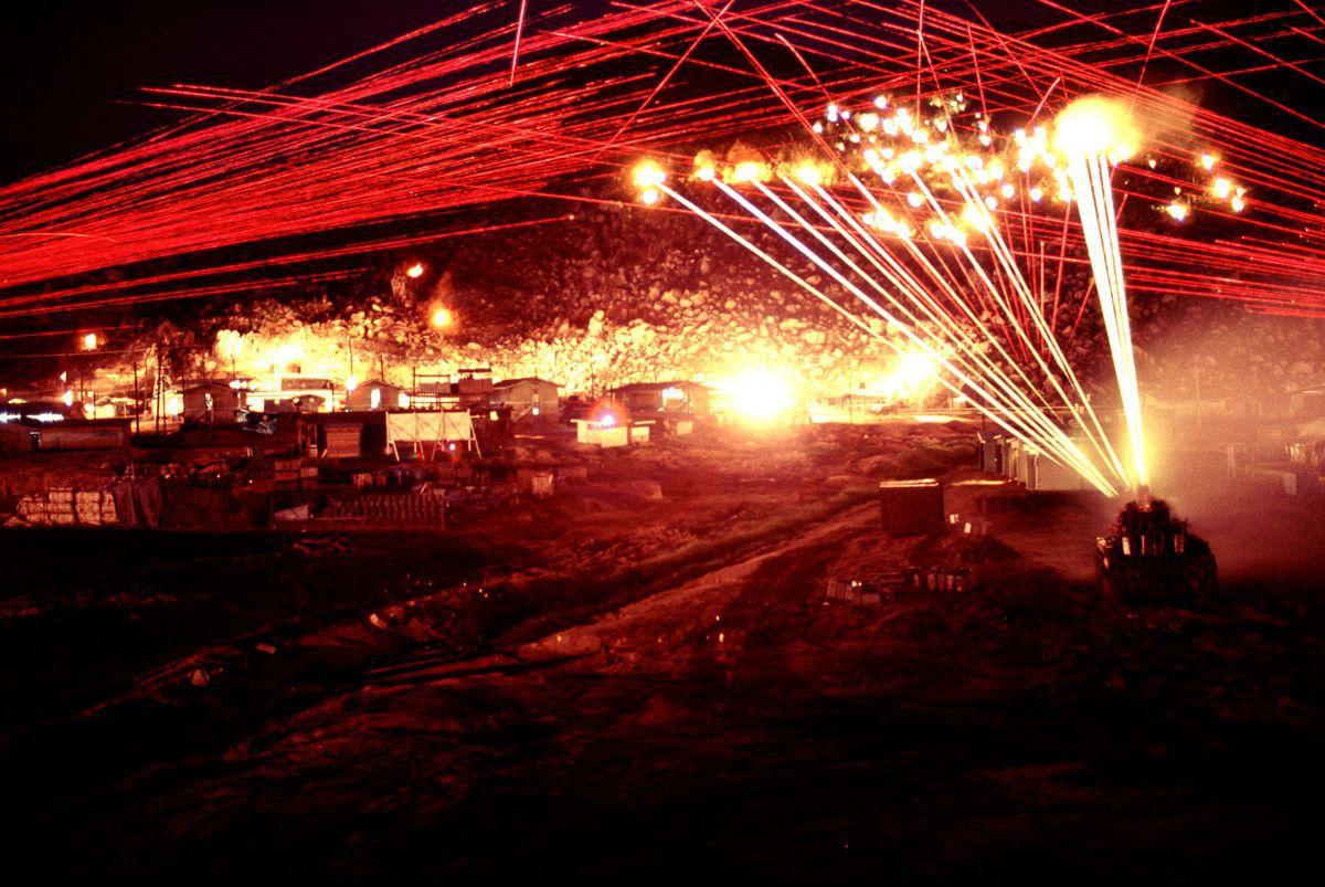 Fotos de 1970 mostram uma base inteira tentando matar um franco-atirador vietcongue solitário 09